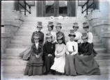 Pomona College class of 1904 women on steps of Pearsons Hall