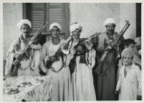 Egyptian armed guard on visit to Ḥamrah Dūm (Egypt)